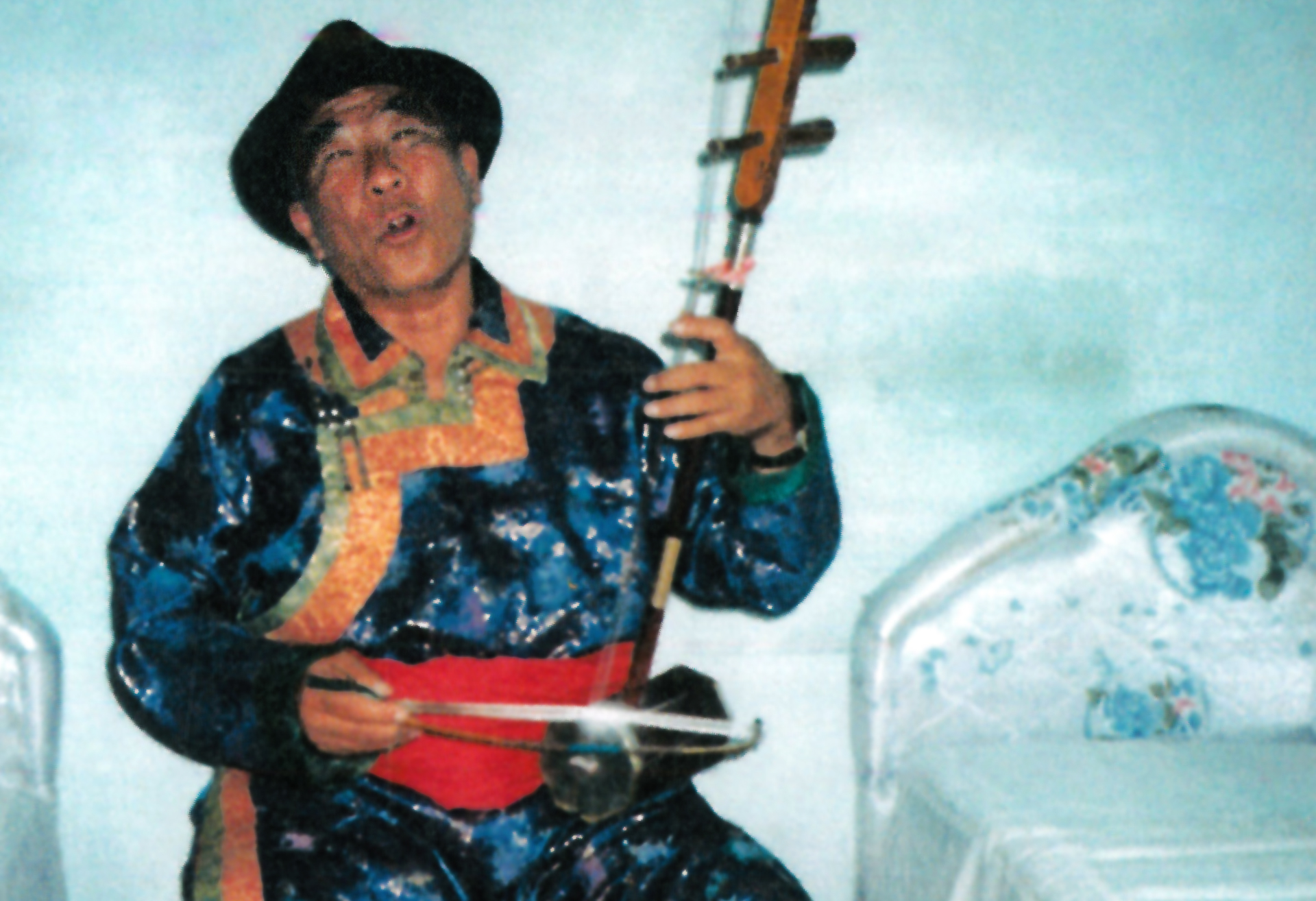 picture of the mongolian bard nimaodzer, singing and playing his instrument