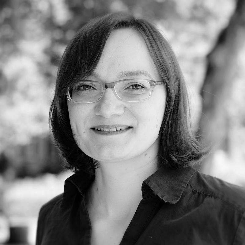 black-and-white profile picture of Simone Kronenwett